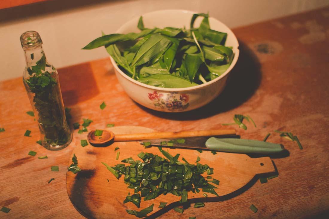 Pokrój liście czosnku na jak najdrobniejsze kawałeczki