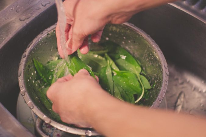 Zostaw umyty czosnek do wyschnięcia
